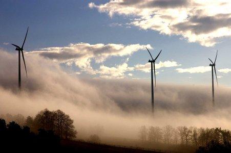 Windpark bei Creußen im Morgennebel